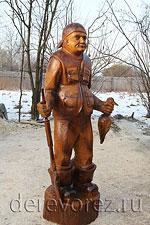 Деревянная скульптура охотника